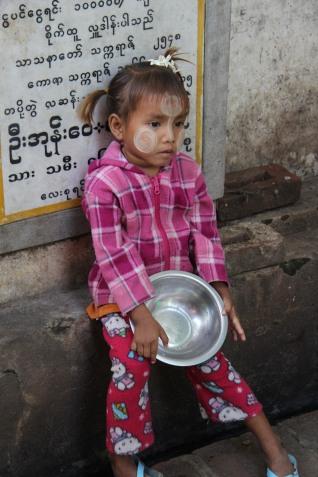 Petite fille aux joues et front protégés par du Thanakha, produit de beauté , pâte obtenue à partir de l'écorce du Thanakha .