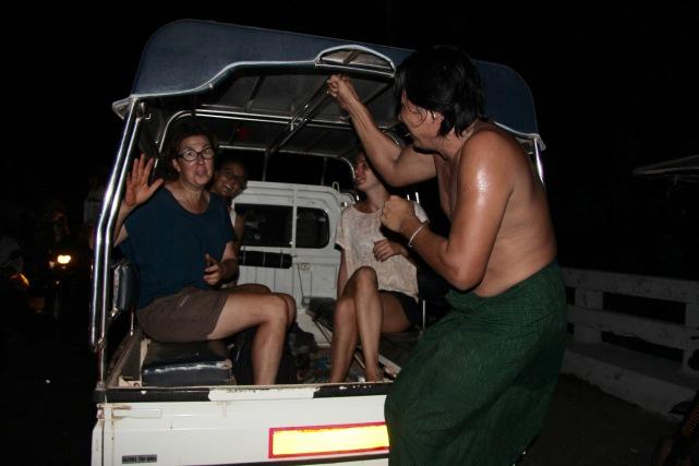 Notre driver a un peu trop abusé du bétel ... Il est sensé nous raccompagner à destination ..... Help....