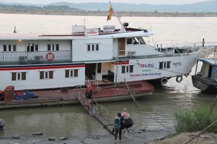 Embarquement , pour un parcours sur Irriwaddy.