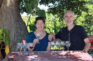 Dégustation de vins Birmans . Produits ici par un œnologue français, avec des cépage de chez nous .