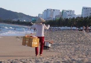 Ici ce ne sont pas les glaces qui sont vendus sur la plage mais des langoustes...